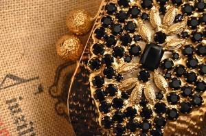 A detail showing the intricate jewelry-style decoration. Un dettaglio dell'intricata decorazione di gioielleria.